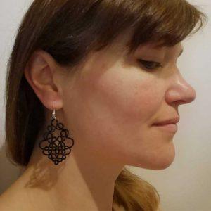 Ohrring Fortune schwarz getragen