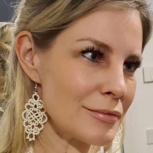 Ohrringe Shimmer in creme an Kerstin Reitterer im Detail