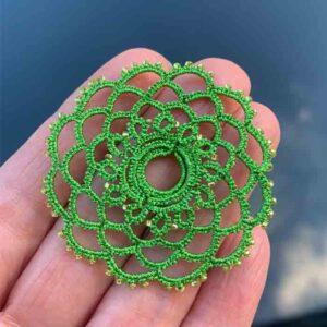 Ohrring Mandala in metallic grün im Detail